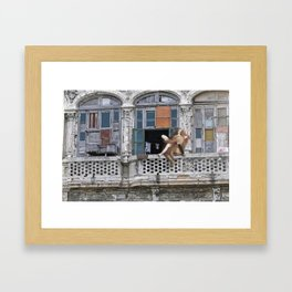 Pobre pero feliz Framed Art Print