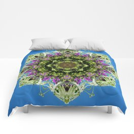 Intricate floral kaleidoscope - Vebena, Dichondra leaves with blue sky Comforters
