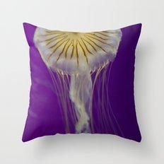 La méduse solitaire Throw Pillow