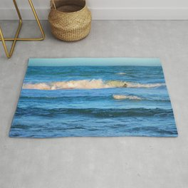 Beautiful waves on the Queensland coast of Australia Rug