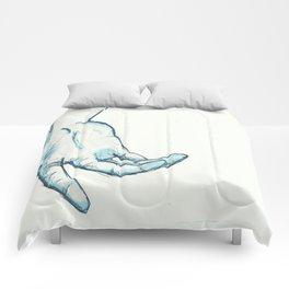 Une première main Comforters