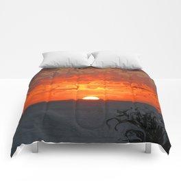 Fluid sunset Comforters