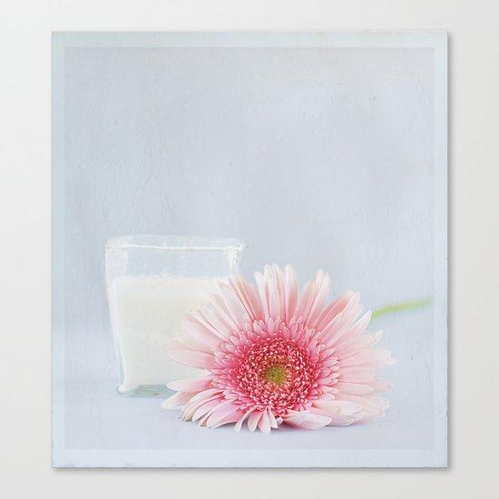 Gerbera y vaso de leche.  Canvas Print