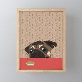 Le pug et le macaron Framed Mini Art Print