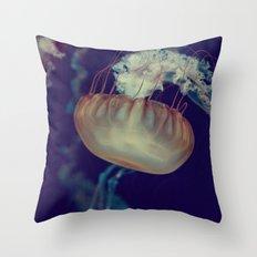 La méduse solitaire (3) Throw Pillow