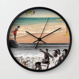 Sur la plage en couleur Wall Clock